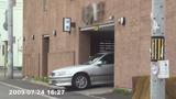 ホテル駐車場から出て来る場面の写真002