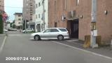 ホテル駐車場から出て来る場面の写真005